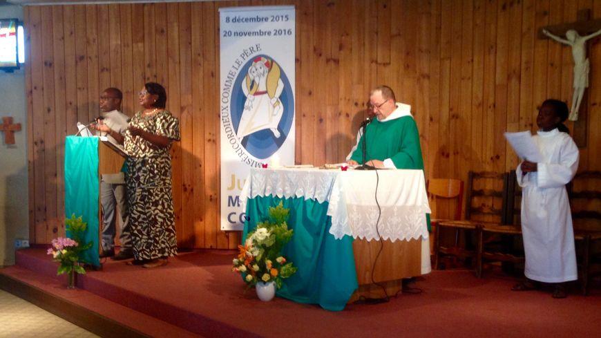 Le père Baudet, prêtre officiant, au début de l'office