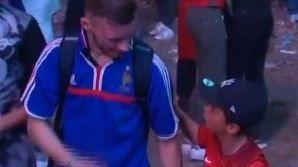 L' enfant au maillot portugais, touché par la peine du Français, le réconforte, juste après le coup de sifflet final