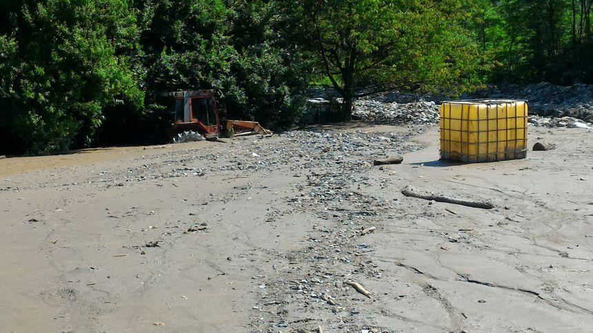 Près du pont où le Bard a débordé, les dégâts sont conséquents.