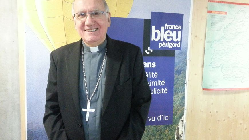 Monseigneur Mousset dans les studios de France Bleu Périgord.