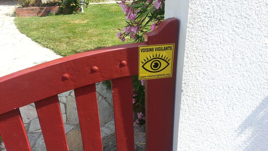 """Autocollant """"Voisins vigilants"""" collé sur le portail d'une maison à Haute-Goulaine"""