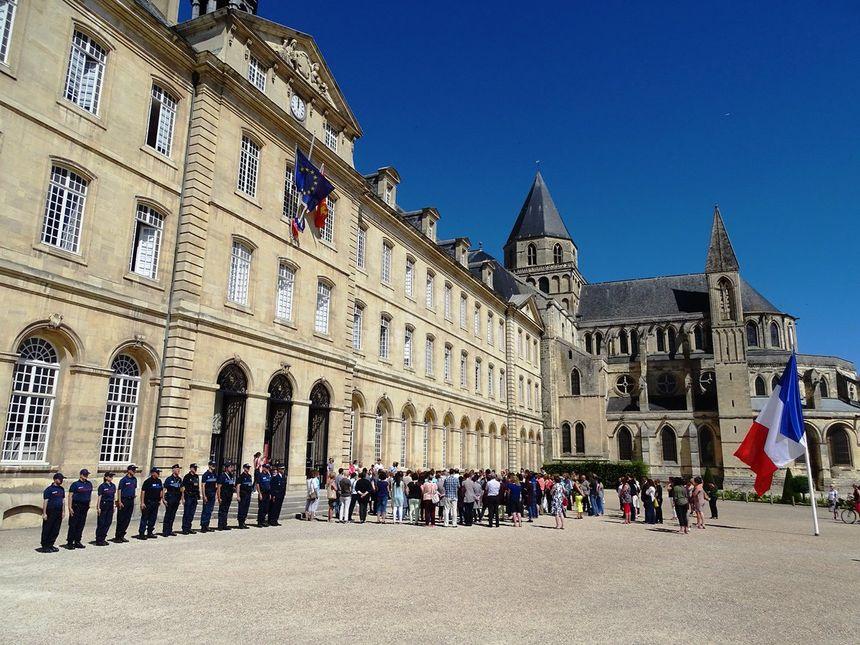 Devant l'Hotel de ville à Caen