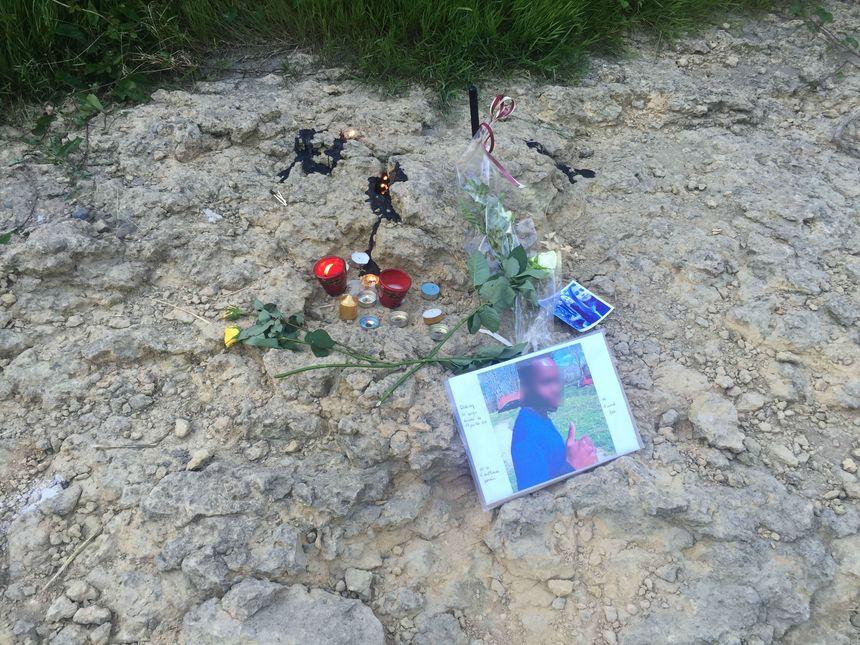 Fleurs et bougies ont été déposées sur les berges du Gave de Pau, à l'endroit où le corps du jeune garçon a été retrouvé