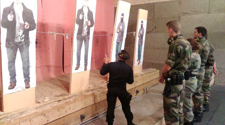 Après les tirs, l'instructeur relève les copies.