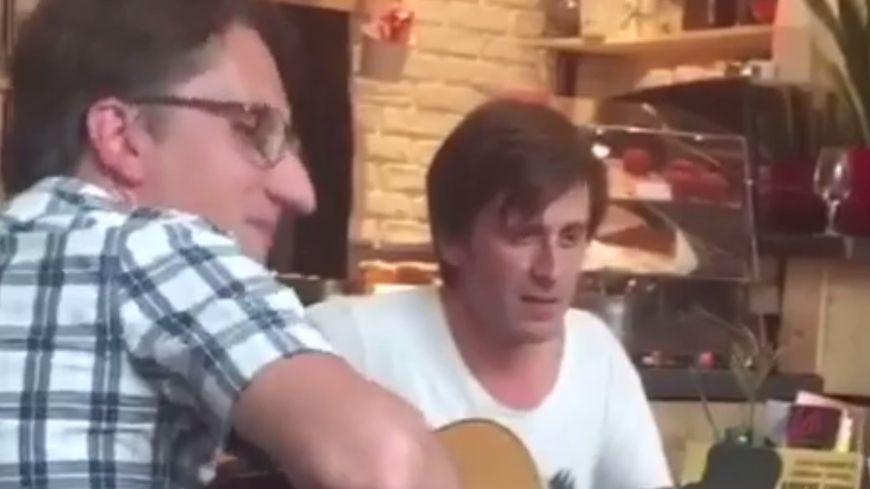 """Thomas Dutronc et ses musiciens ont joué pendant trois heurs au café """"Le Django"""""""