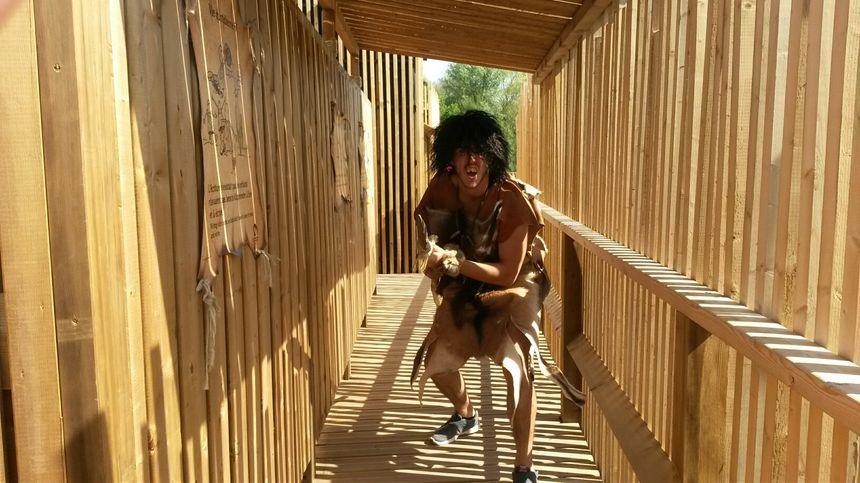L'un des hommes de Crogmagnon à la sortie du labyrinthe de miroirs.