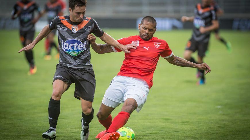 La recrue nîmoise, Gael Angoula, au duel avec Mathieu Coutadeur