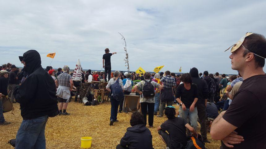 Briefing des opposants avant d'avancer dans le bois Lejuc pour le réoccuper