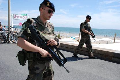 LA BAULE 21/07/2016 Les militaires déployés dans le cadre de l'opération vigipirate Sentinelle ont été déployés sur le remblai de La Baule.