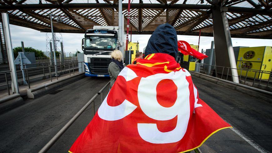 Des actions similaires ont été menées dans tout le pays ces dernières semaines : ici des syndicalistes bloquent un péage sur l'A1 dans le Nord