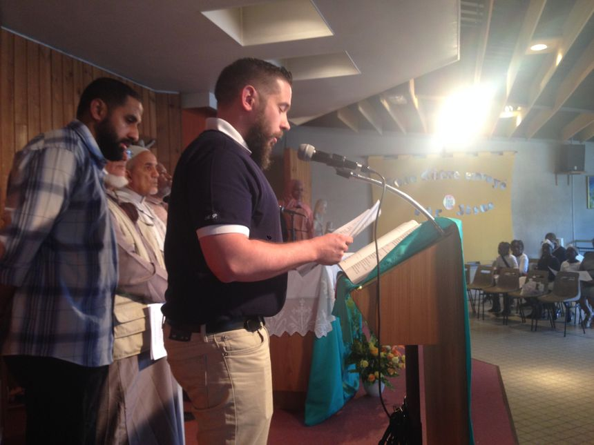 Les représentants de la communauté musulmane de Grigny, lisent leurs textes
