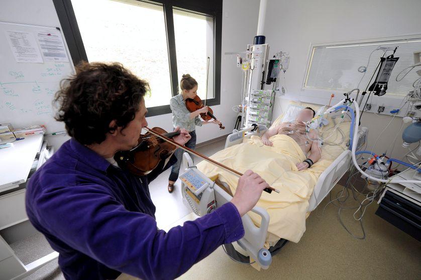 Violonistes au chevet des patients dans le service réanimation des urgences de l'Hôpital Pupan de Toulouse
