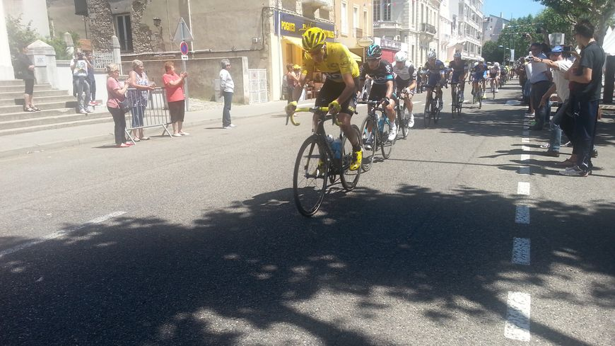 Chris Froome, maillot jaune, traverse Romans