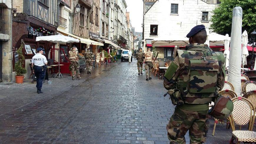 Les soldats sont accompagnés d'une policière municipale