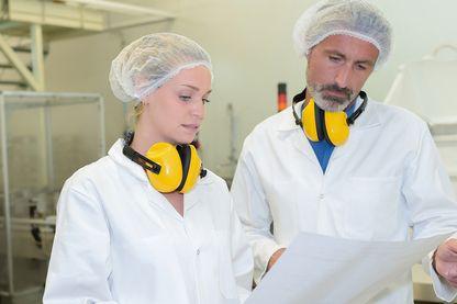 Un homme et une femme au travail
