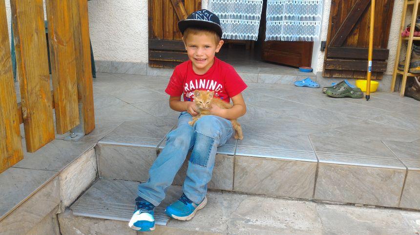 Un des enfants de la famille Ginet, il a retrouvé ce petit chaton au milieu de la boue et l'a adopté.