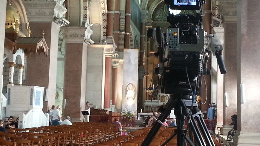 Les caméras de France2 sous les voutes de la Basilique.