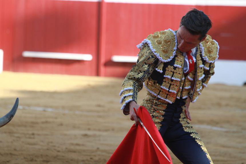 Diego Urdiales en action face à des taureaux décevants.
