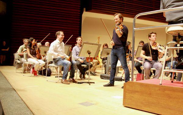Répétitions sur la scène du Bunka Kaikan Hall à Tokyo avec l'Orchestre national de Lyon. (© Victor Tribot Laspière / France Musique)