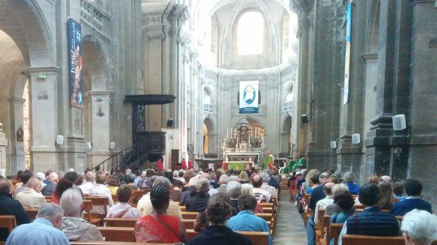 De nombreux fidèles ont prié ce dimanche à la cathédrale de Dax