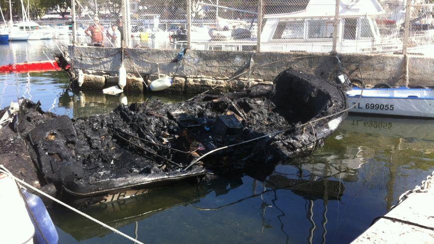L'une des dix embarcations incendiées dans la nuit au port de l'Estaque à Marseille