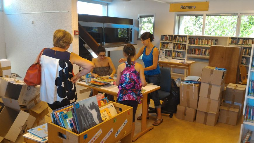 des b n voles aident restaurer les livres d 39 une biblioth que incendi e. Black Bedroom Furniture Sets. Home Design Ideas