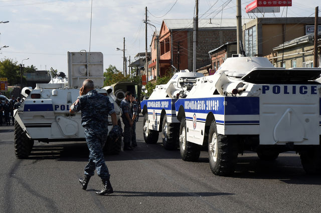 Un policier devant le commissariat d'Erevan où un commando a pris des otages