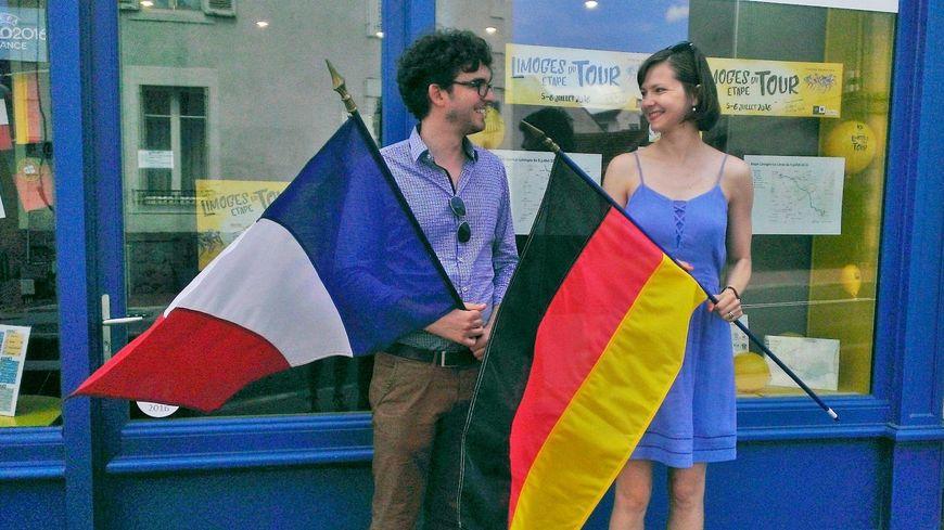 Carolin et Stéphane devant la maison de l'Europe à Limoges avant la demi finale de l'Euro France Allemagne
