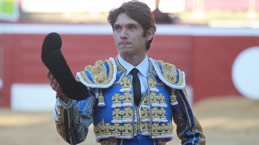 Sortie de Sébastien Castella sous les applaudissements.