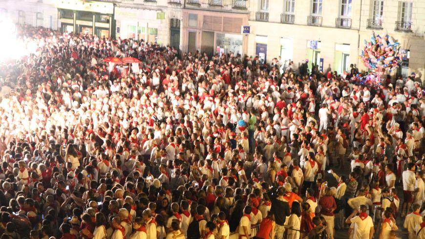 les festayres regardant le corso lumineux des Fêtes de Bayonne