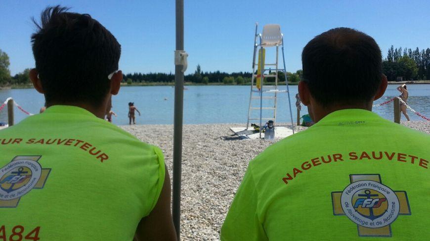 Les nageurs sauveteurs surveillent la baignade au lac de Beaulieu à Monteux