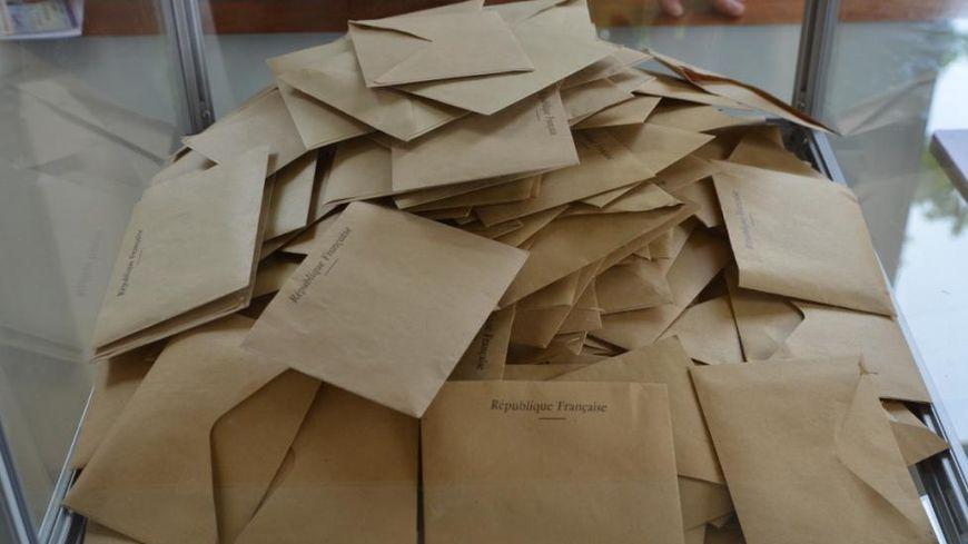 Bulletins de vote dans l'urne