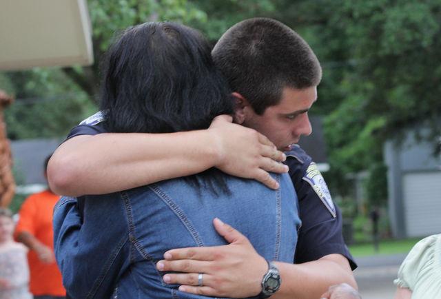 Un policier soutenu par une anonyme après l'attaque de Bâton-Rouge