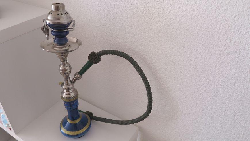 Une pipe à eau s'utilise généralement pour fumer du tabac aromatisé.