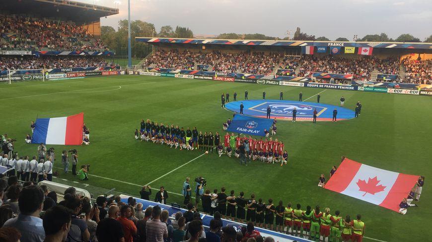 Début du match au stade Abbé des Champs d'Auxerre France Canada