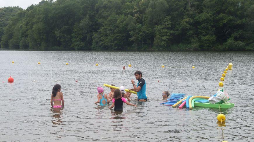 Romain, le maître-nageur, apprend à nager à des groupes de sept enfants environ.