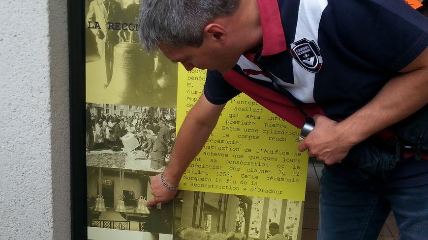 Benoît Sadry élu d'Oradour explique aux visiteurs les étapes de la reconstruction