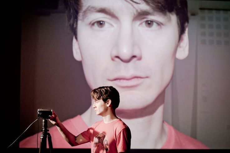 "David Fukamachi Regnfors dans ""20 november"" de Lars Noren, mis en scène par Sofia Jupither"