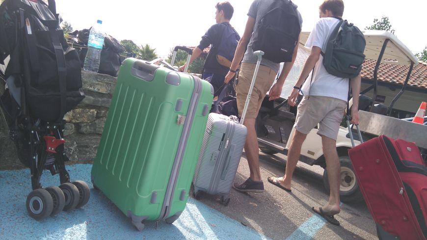 Embouteillage de valises ce samedi matin au camping