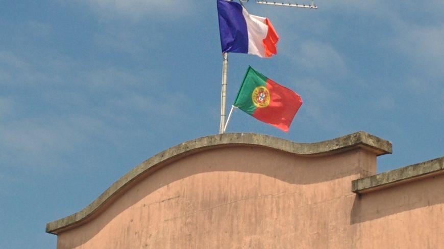 Les drapeaux français et portugais se côtoient dans le petit village landais