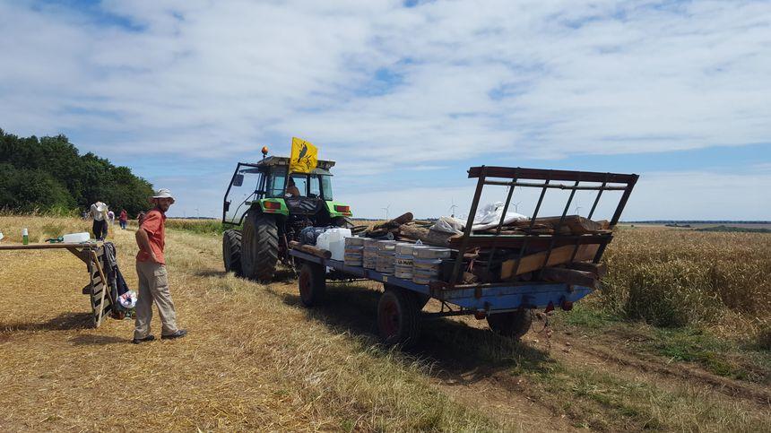 Un tracteur chargé de matériel pour monter un camp dans le bois Lejuc à Bure
