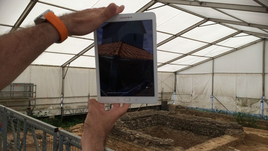 Il suffit de lever la tablette pour voir apparaître le fanum tel qu'il était il y a 2000 ans.