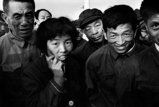 Des Pékinois observent avec curiosité le long-nez que je suis - 1987