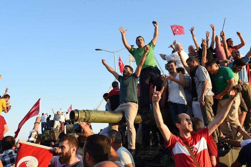 Des civils sur un char sur le pont du Bosphore à Istanbul samedi 16 juillet