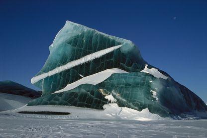 Iceberg pris au piège dans la mer