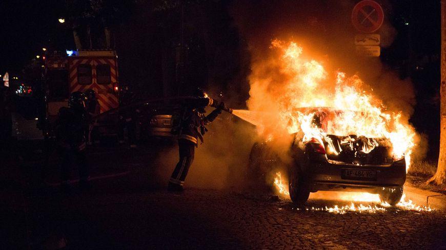 Des poubelles et des véhicules ont été incendiés à proximité de la fan zone parisienne, près de la Tour Eiffel