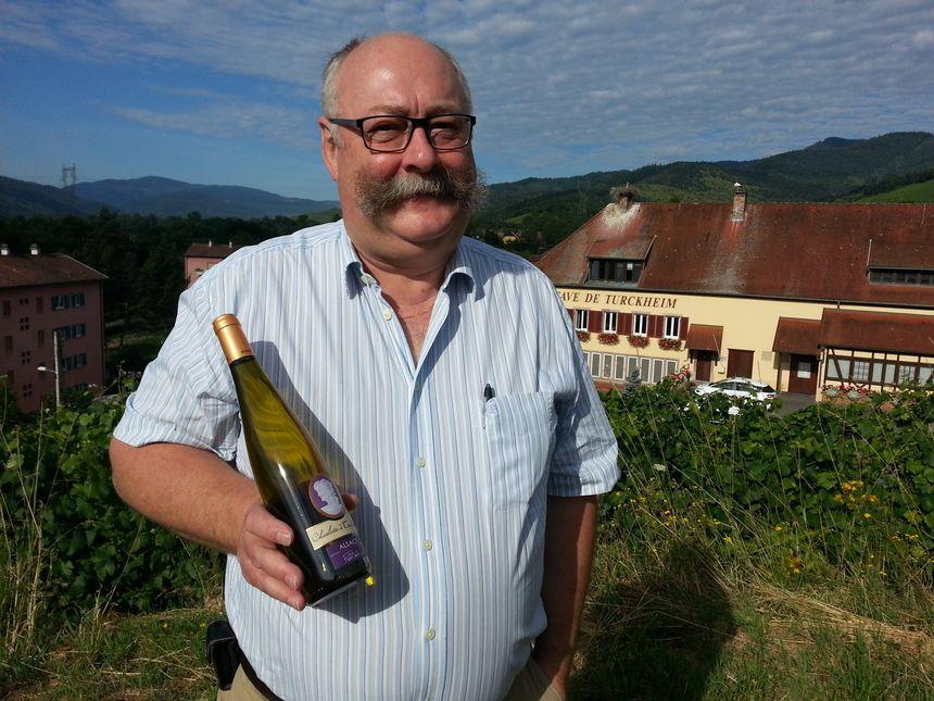 Lionel Lecuyer avec la bouteille Charlotte de Turckheim