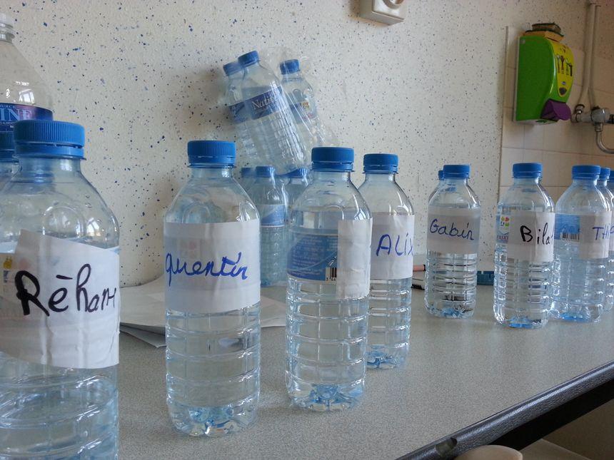 Chaque enfant a sa bouteille d'eau avec son prénom dessus