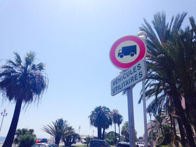 Plusieurs panneaux à l'entrée de la Promenade des anglais indiquent que la circulation des véhicules utilitaires est interdite