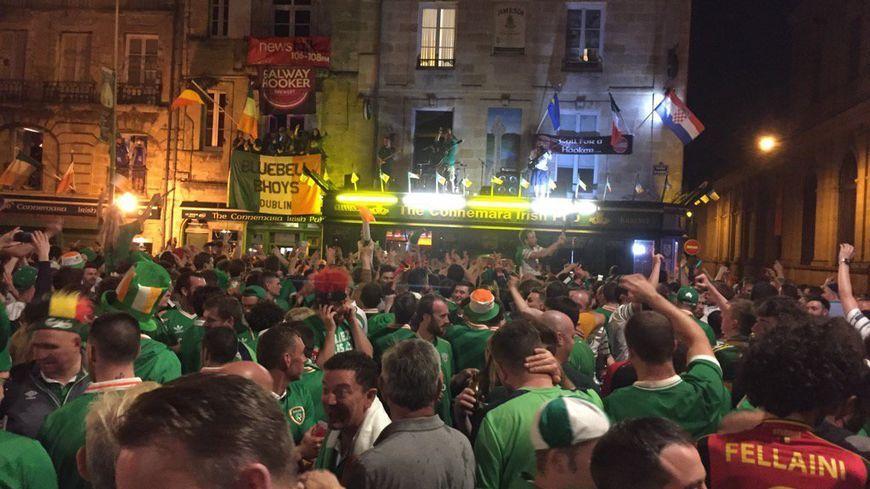 Des supporters irlandais devant le Connemara à Bordeaux